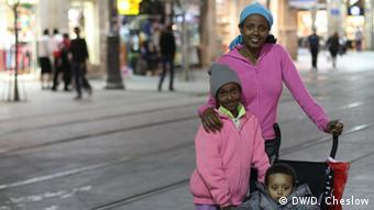 Israeli Sarah Tedesse, 24, with her two children at Zion Square along Jaffa Street. She says she has little hope Obama will make any headway on a peace deal. Copyright: Daniella Cheslow, DW mitarbeiterin, Jerusalem, March 2013 zugeliefert von: Robert Mudge