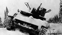 Finnisch-sowjetischer Winterkrieg Nov.39-März40: Ein von der Besatzung aufgegebener sowjetischer Tank in Karelien.(T-26) Januar/Februar 1940 ullstein bild