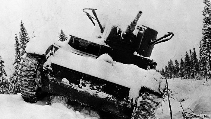 Брошенный на поле боя в январе 1940 года подбитый советский танк Т-26