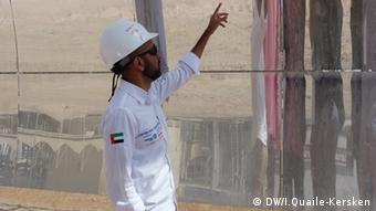 O engenheiro Al Obaidli explica o funcionamento dos espelhos da usina SHAMS 1.