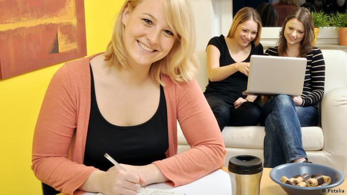 Junge Frauen beim gemeinsamen Lernen (Fotolia)