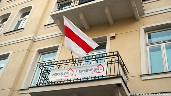 Национальный флаг на балконе Белорусского дома в Варшаве