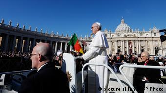 پاپ در مراسم رسمی معرفی پیشوای کاتولیکهای جهان