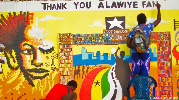 Künstler der Gruppe Nima Muhinmanchi Art (NMA) bemalen eine Mauer in Accra. Foto: Charles Lawson/NMA