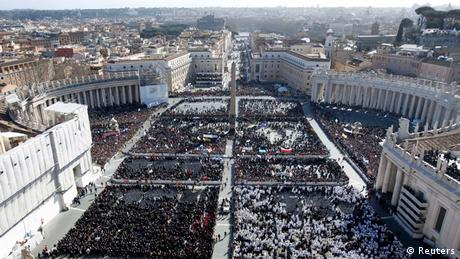 Crowds fill Saint Peter's Square for the inaugural mass of Pope Francis at the Vatican, March 19, 2013. Pope Francis celebrates his inaugural mass on Tuesday among political and religious leaders from around the world and amid a wave of hope for a renewal of the scandal-plagued Roman Catholic Church. REUTERS/Paul Hanna (VATICAN - Tags: RELIGION POLITICS CITYSCAPE)