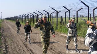 Grenzpatrouille zwischen Indien und Pakistan Intensive foot patrol carries on along the border with Pakistan but drugs still manage to find their way in to Punjab. Bild: DW/Murali Krishnan, März 2013