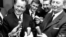 Kurt Georg Kiesinger und Willy Brandt Der SPD-Vorsitzende Willy Brandt und CDU-Kanzlerkandidat Kurt Georg Kiesinger beantworten nach einem Gespräch der Verhandlungsdelegationen ihrer Parteien über die Möglichkeit einer Großen Koalition am 24. November 1966 in Bonn die Fragen der Journalisten. Am 1. Dezember 1966 wurde das Kabinett Kiesinger, bestehend aus einer Koalition von CDU/CSU und SPD, vereidigt. dpa