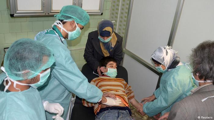 Сирийские врачи оказывают помощь пострадавшему от газовой атаки