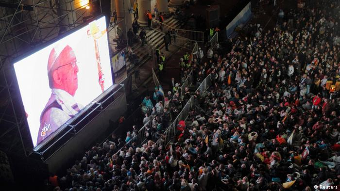 Crowds watch Pope Francis' inaugural mass from Buenos Aires (Photo: REUTERS/Enrique Marcarian)
