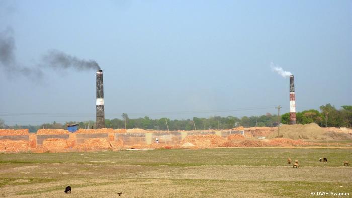 Backsteinfelder in der Nähe von Dhaka