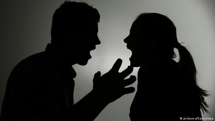 Тени ругающихся мужчины и женщины