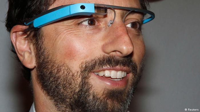 Google Gründer Sergey Brin mit Google Brille Archivbild