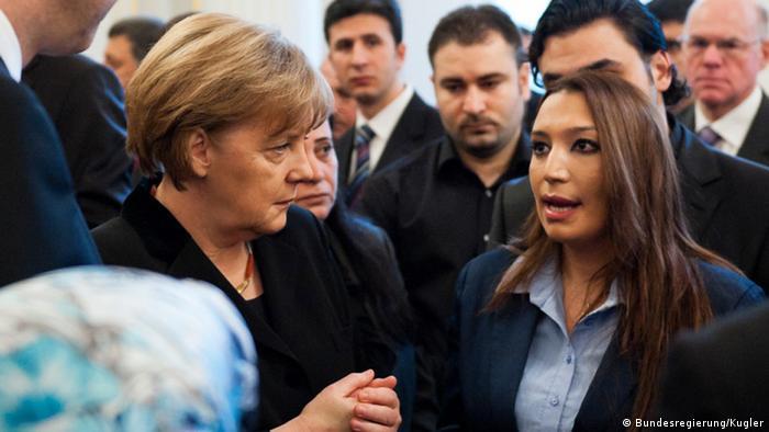 Канцлер Германии Ангела Меркель с родственниками погибших