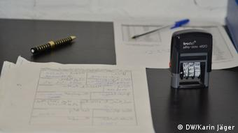 Paperwork that asylum seekers must complete(Photo: Karin Jäger/ DW)