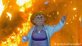 Verbrennung einer Merkel-Figur in Spanien im März 2013 Foto: EPA/BIEL ALINO