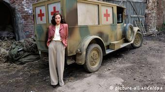 Schauspielerin Katharina Schüttler (Greta) in Köln bei einem Fototermin vor einem alten Krankenwagen zu den Dreharbeiten zum Film Unsere Mütter, unsere Väter. (c) dpa - Bildfunk