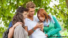 Junge Menschen Smartphone Symbolbild