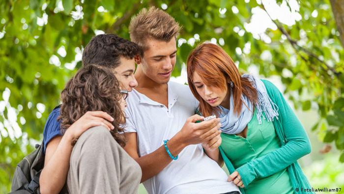 Junge Menschen Smartphone Symbolbild (Fotolia/william87)