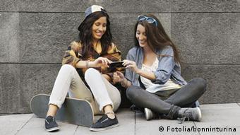 Young people sitting at a wall, Copyright: Fotolia/bonninturina
