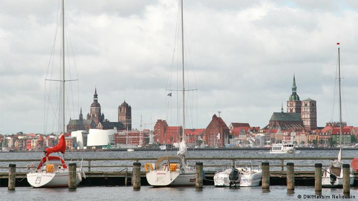 Вид через пролив на город Штральзунд с острова Рюген. Фото: DW / Максим Нелюбин