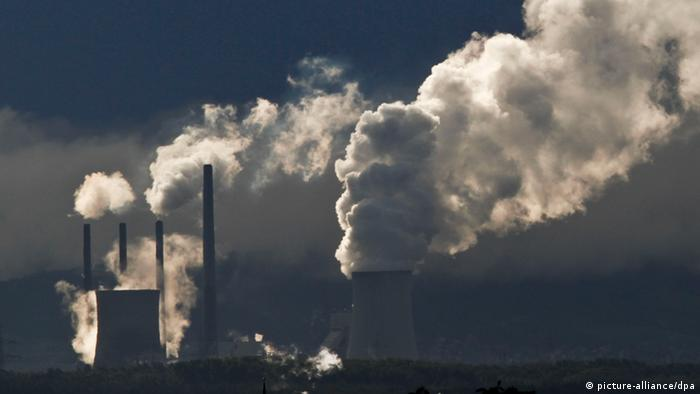 Emissions from a German power station (Photo: Frank Rumpenhorst/dpa)