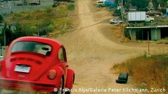 Фрэнсис Алис (род. 1959).  Rehearsal I, 1999-2004. В сотый раз автомобиль поднимается в гору и никак не может добраться до цели.