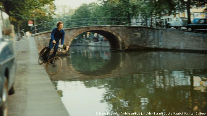 Бас Ян Адер (1942 – 1975) Fall 2, 1970. Голландский художник снял несколько видео, в которых он падает вместе со стулом с крыши дома и на велосипеде в каналы Амстердама. Последний его проект остался незаконченным: художник ушел в море на одноместной лодке и с тех пор считается пропавшим без вести.