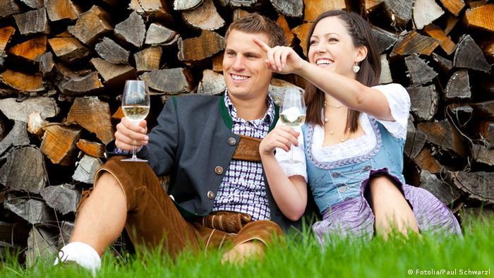 Symbolbild Dirndl Lederhose Bayern Tradition Tracht Oktoberfest Wein Natur (Fotolia/Paul Schwarzl)