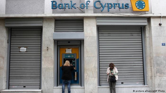 Kunden der Bank of Cyprus stehen vor einer geschlossenen Filiale. (Foto: AP)