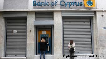 Kunden der Bank of Cyprus vor der geschlossenen Bankfiliale Foto: Thanassis Stavrakis (AP)