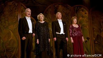 HANDOUT - Billy Connolly (l-r) als Wilf, Maggie Smith als Jean Horton, Tom Courtenay als Reggie und Pauline Collins als Cissy in einer Szene des Kinofilms Quartett (undatierte Filmszene). (c) dpa