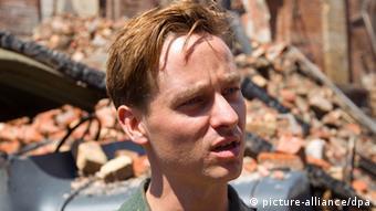 Nahaufnahme des Schauspielers Tom Schilling als Wilhelm Winter bei den Dreharbeiten für den Film «Unsere Mütter, unsere Väter» (c) dpa - Bildfunk pixel
