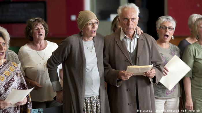 Terence Stamp als Arthur und seine Frau Marion (Vanessa Redgrave) in einer Szene des Kinofilms Song for Marion (undatierte Filmszene). Foto: Ascot Elite Filmverleih (zu dpa-Kinostarts vom 07.03.2013 - ACHTUNG: Verwendung nur für redaktionelle Zwecke im Zusammenhang mit der Berichterstattung über den Film und bei Urheber-Nennung) +++(c) dpa - Bildfunk+++