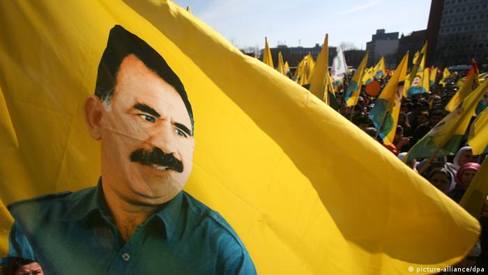 Kurdische Demonstranten mit Öcalan-Fahne in Hannover, 2009. (Foto: dpa)