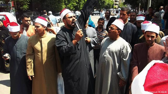 Main title: Egypt: Could mosques lose their sacredness because of politics Photo title: Imam Mahmoud Al Abidi (holding the mic) leading a protest for Imams. Copyright: Mahmoud Al-Abidi