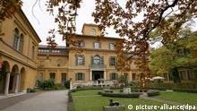 ARCHIV - Das Lenbachhaus aufgenommen am 16.10.2008 in München (Oberbayern). Die wichtigste Sammlung der nach ihrem nur einmal erschienenen Almanach Künstler-Gruppe «Blauer Reiter» beherbergt die Städtische Galerie im Lenbachhaus in München. Foto Frank Leonhardt dpa/lby (Zu dpa-KORR: «Wichtige Blaue-Reiter-Sammlungen in Bayern») +++(c) dpa - Bildfunk+++