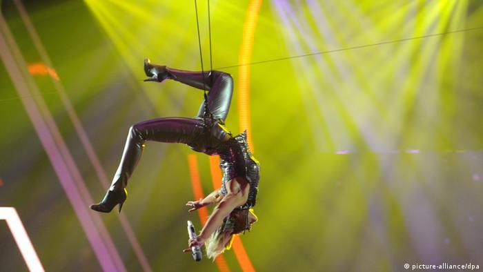 Helene Fischer hängt kopfunter an einem Seil. Bild von der Echo-Verleihung 2013. (Foto: dpa)