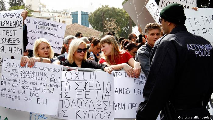 Banking workers protesting outside of Cyprus' parliament in Nicosia (c) picture-alliance/dpa