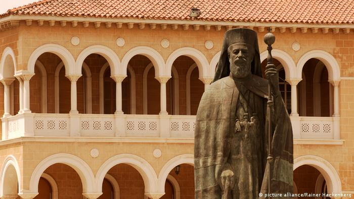 Statue of Archbishop Makarios III in fron of the archbishop's palace (c) picture-alliance/Rainer Hackenberg
