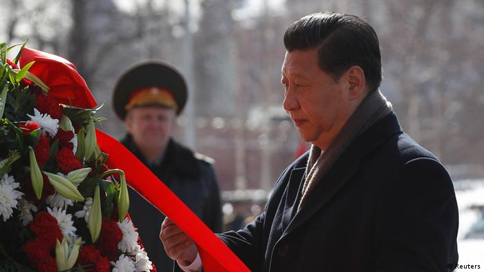 Chinese President Xi Jinping takes part in a wreath laying ceremony at the Tomb of the Unknown Soldier near Moscow's Kremlin walls March 22, 2013. REUTERS/Maxim Shemetov (RUSSIA - Tags: POLITICS)
