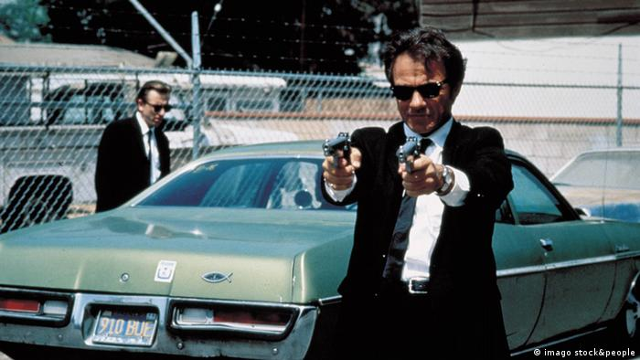 Zwei Gangster neben Auto in Quentin Tarantinos Reservoir Dogs (imago stock&people)