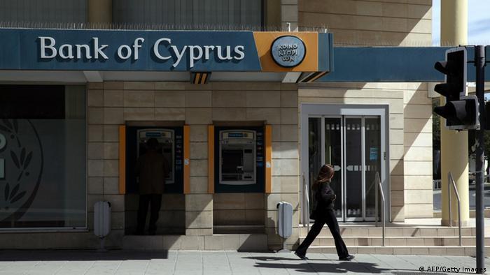 Ein Mann hebt Geld von einem Automaten auf Zypern ab (Foto: AFP)