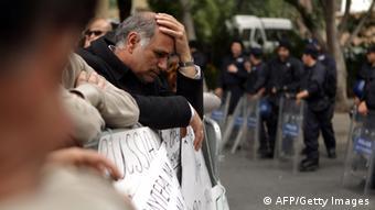 Отчаявшийся банковский служащий во время демонстрации протеста в Никосии в марте 2013 года