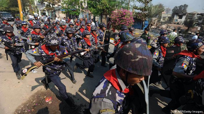 Massives Polizeiaufgebot on Meikhtila/Birma (foto:AFP/Getty Images)