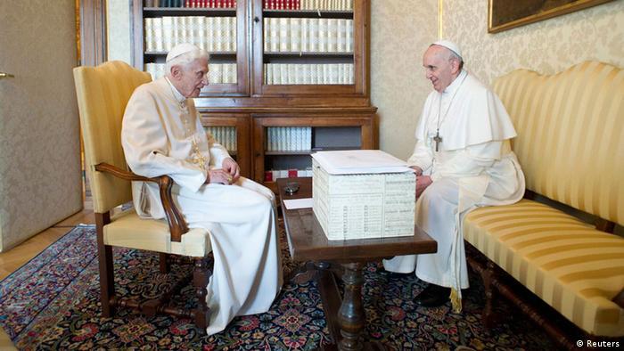 Papst Franziskus und der emeritierte Papst Benedikt in Castel Gandolfo (Foto: Reuters)