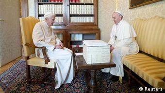 Papst Franziskus und Papst Benedikt im Gespräch Foto: REUTERS/Osservatore Romano