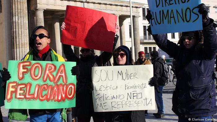 Demonstranten fordern auf Plakaten den Rücktritt des Abgeordneten Marco Feliciano (Foto: Clarisse Canela)