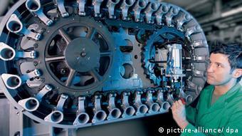 Ein Mitarbeiter montiert das Werkzeugmagazin. (Foto: dpa - Bildfunk)
