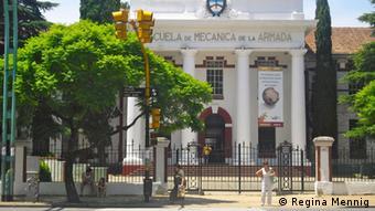Das Portal der ESMA (Escuela Superior de Mecánica de la Armada), eine ehemalige Marineschule des argentinischen Militärs in Buenos Aires; zur Zeit der Militärdiktatur (1976-1983) war dort u.a. ein Folterzentrum untergebracht (Foto: R. Mennig)