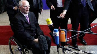 Schäuble vor Mikrophonen Photo: picture-alliance/dpa
